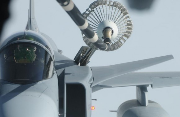 caça Gripen em reabastecimento em voo - foto Forças Armadas da Suécia