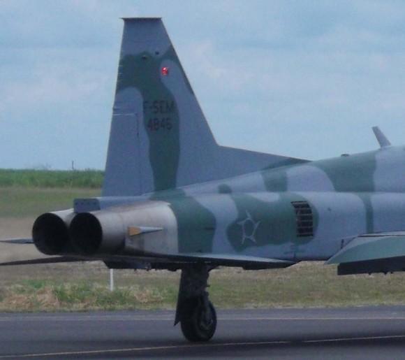 Decolagem do F-5EM 4846 de Gavião Peixoto - último F-5M do lote 1 recebido pela FAB - detalhe indicativo cauda - foto FAB