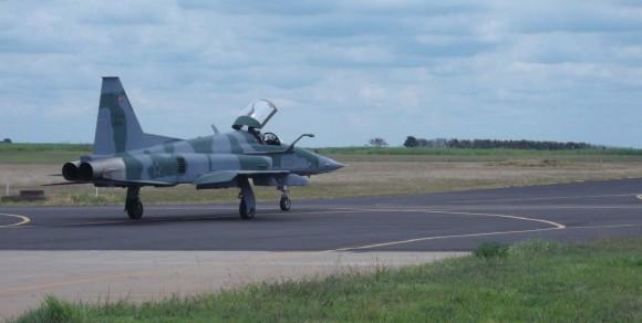 Decolagem do F-5EM 4846 de Gavião Peixoto - último F-5M do lote 1 recebido pela FAB - foto FAB