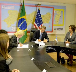Eduardo comemora parceria firmada com empresa de produção de aviões 2