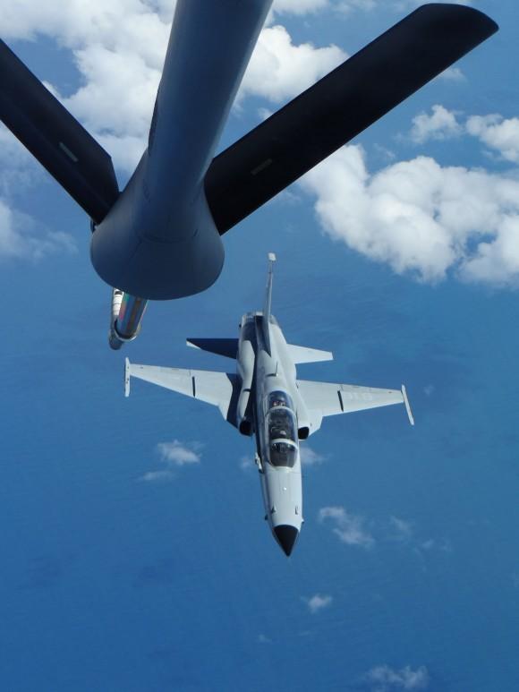 F-5F Tiger III do Chile em formação para REVO - foto FACh
