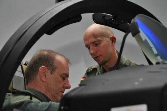 General Gelée francês se acomoda no cockpit do Eurofighter - foto Força Aérea Alemã