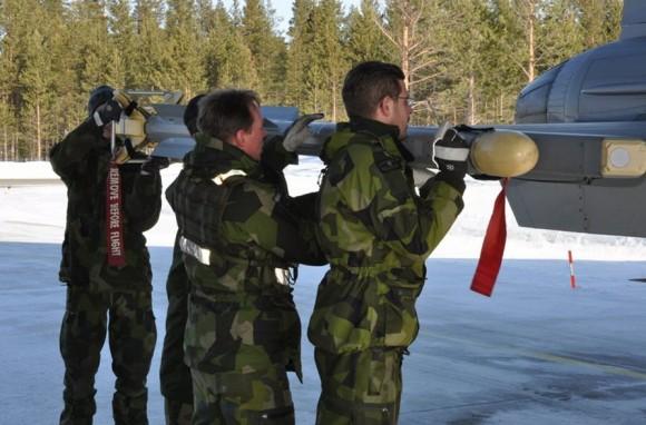 Instalação de míssil IRIS-T em Gripen ao ar livre sob baixa temperatura - foto Forças Armadas da Suécia