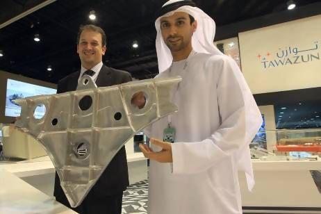 Peça para Eurofighter Typhoon mostrada na IDEX por executivos da TPI - foto The National