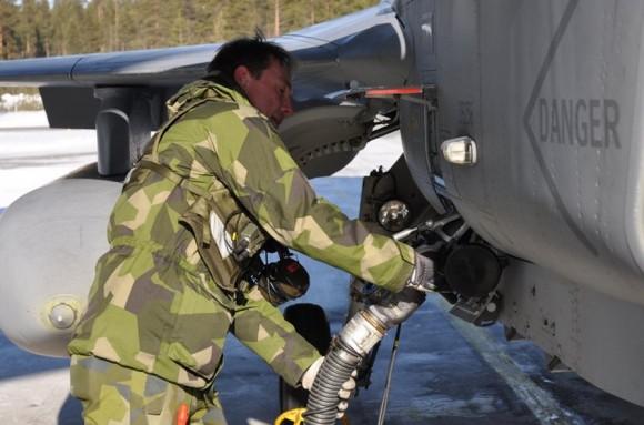 Reabastecimento de Gripen ao ar livre sob baixa temperatura - foto Forças Armadas da Suécia