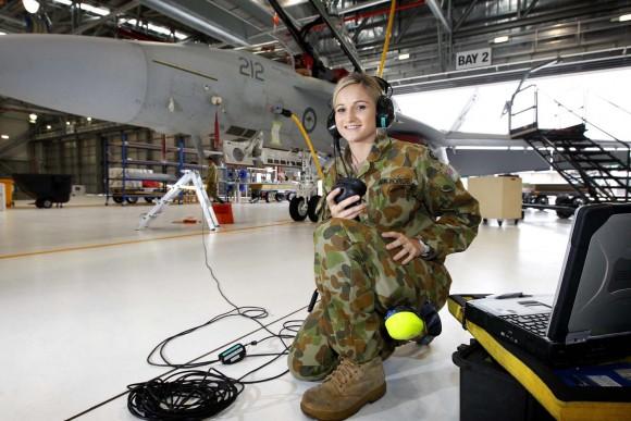 Técnica em aviônicos Stephanie Werner da RAAF testa sistema de comunicação de Super Hornet - foto MD Australia