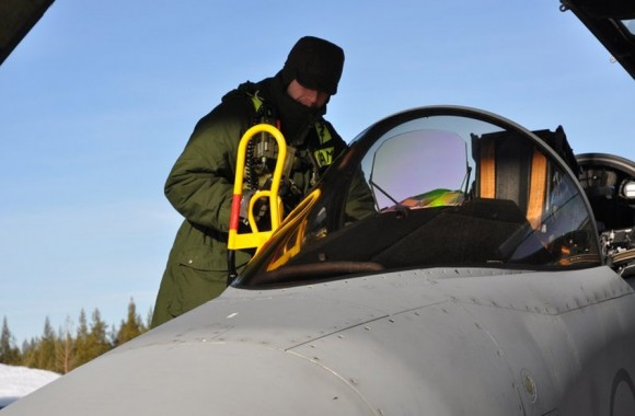 Troca de datastaven de Gripen ao ar livre sob baixa temperatura - foto Forças Armadas da Suécia