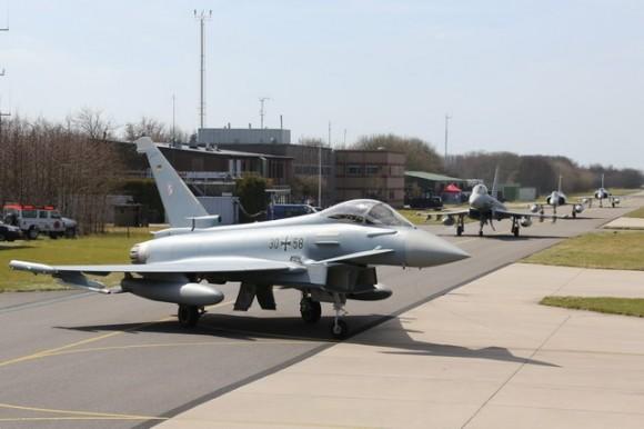 Caças Eurofighter alemães e Mirage 2000 franceses taxiam na Frisian Flag - foto Força Aérea Alemã