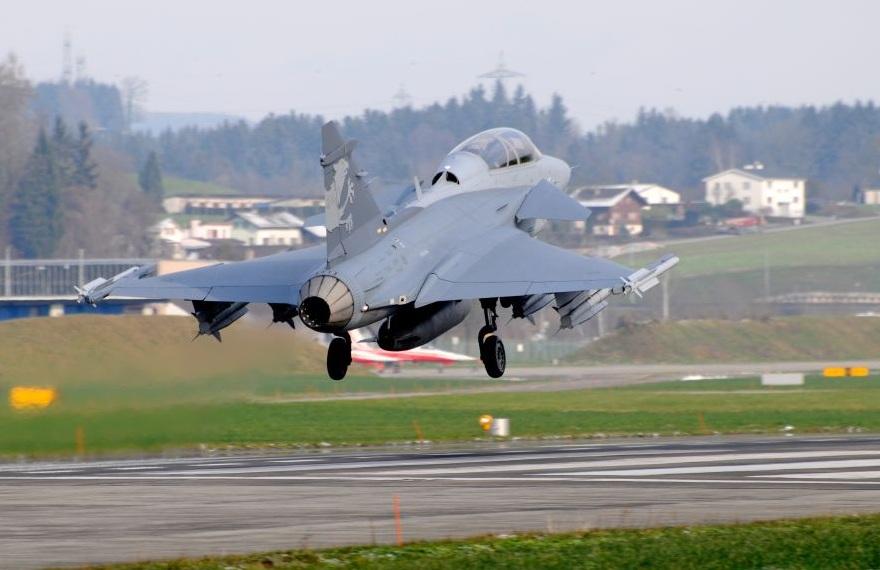 Demonstrador Gripen F decola de Emmen na Suíça - foto Saab