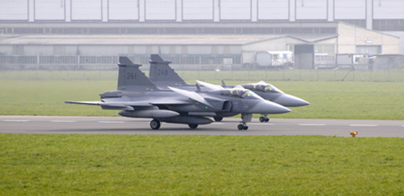 Dois caças Gripen pousam em Emmen em 8 de abril - foto Saab