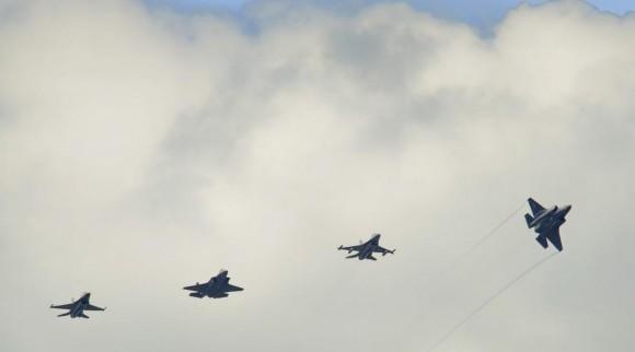 F-16 e F-35 voando juntos - foto USAF
