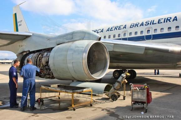 KC-137 - checagem motor - foto FAB