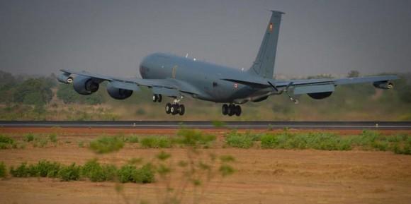 Operação Serval - Boeing C-135  decola de volta à França - foto Min Def Francês