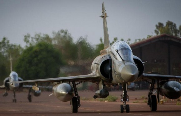 Operação Serval - Mirage 2000 D taxia para decolar de volta à França - foto Min Def Francês