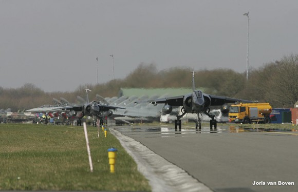 jatos Mirage F1CR franceses taxiam em Leeuwarden no Frisian Flag - foto via Força Aérea Francesa