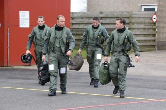 pilotos alemães de Eurofighter dirigem-se a seus caças - foto Força Aérea Alemã