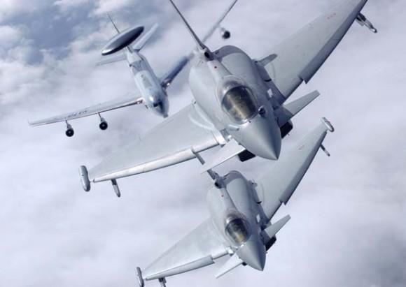 Eurofighters italianos e avião-radar da OTAN - foto Força Aérea Italiana