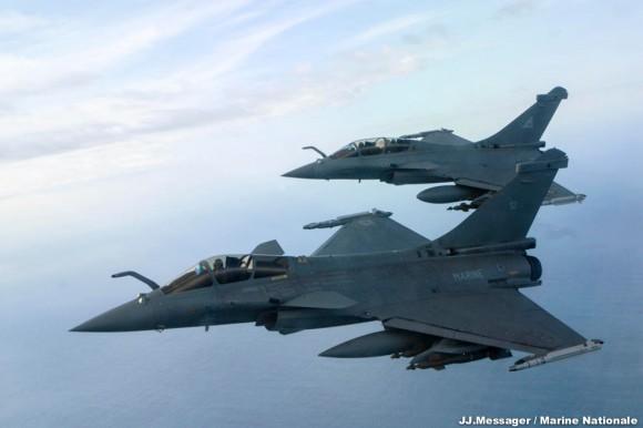 Patrulha mista entre caças Rafale da Força Aérea e da Marinha Francesa - foto Marine Nationale via Força Aérea Francesa