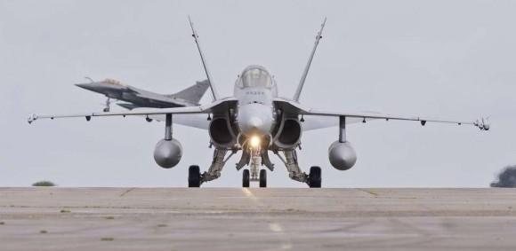 Rafale Marine decolando com F-18 suíço em primeiro plano na Semana de Defesa Aérea - foto Marinha Francesa