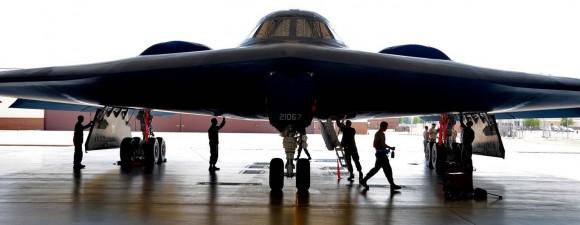 B-2 com pessoal da 131 ala fazendo inspeção - foto USAF