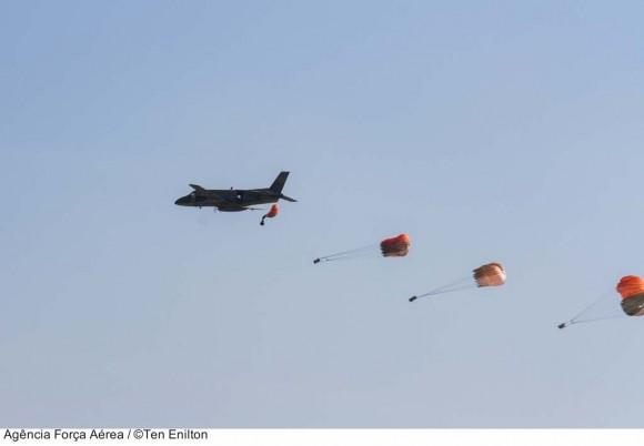 C-95 Bandeirante lança cargas nos 82 anos do CAN no Cpo dos Afonsos - foto 2 ten Enilton - FAB