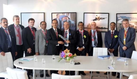 Executivos da francesa Dassault e da indiana HAL em Le Bourget 2013 - foto Dassault