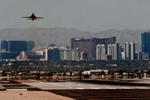 F-16 decola de Nellis em 31 de maio antes da parada do dia seguinte - foto USAF