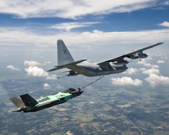 F-35B sendo reabastecido em voo - foto Lockheed Martin