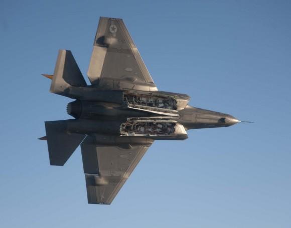F-35C com baias de armamento abertas - foto USN