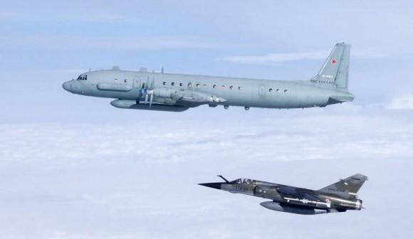 Mirage F1 CR francês intercepta avião russo Ilyushin IL-20 Coot-A no Báltico - foto Força Aérea Francesa