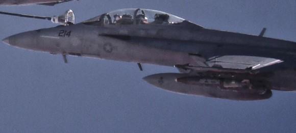 Super Hornet do Jolly Rogers em reabastecimento em voo com avião tanque da USAF - detalhe foto USN