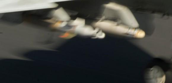 Super Hornet do Jolly Rogers pousando com armas sob asa direita no CVN 69 - detalhe foto USN