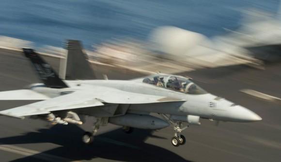 Super Hornet do Jolly Rogers pousando com armas sob asa direita no CVN 69 - foto USN