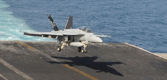 Super Hornet do Jolly Rogers pousando sem armas sob asa direita no CVN 69 - foto USN
