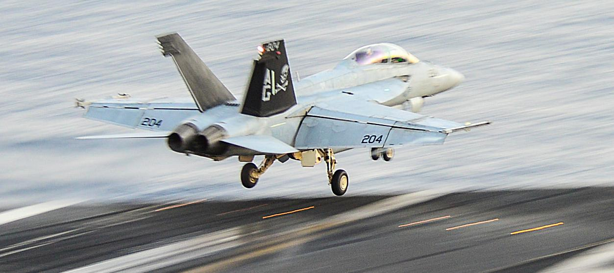 Super Hornet do Jolly Rogers sendo lançado do CVN 69 com AIM-9 na ponta da asa esquerda - foto USN