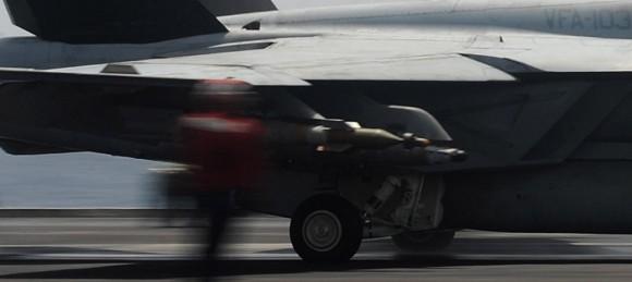 Super Hornet do Jolly Rogers sendo lançado do CVN 69 - detalhe ampliado - foto USN