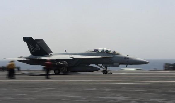 Super Hornet do Jolly Rogers sendo lançado do CVN 69 - foto USN