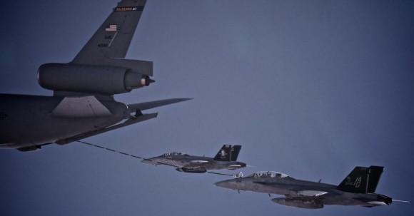 Super Hornets do Jolly Rogers em reabastecimento em voo com avião tanque da USAF - foto USN