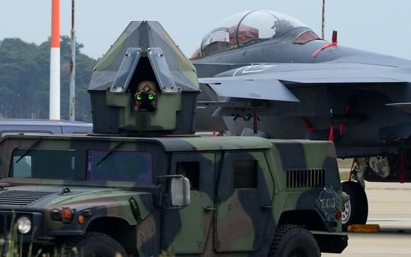Veículo blindado vigia base aérea na Inglaterra, com F-15E ao fundo - foto USAF
