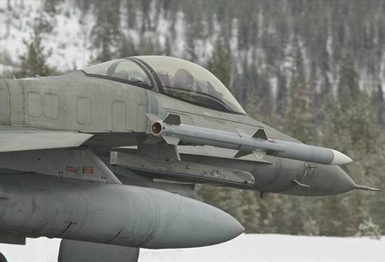 AMRAAM em F-16 - foto Raytheon