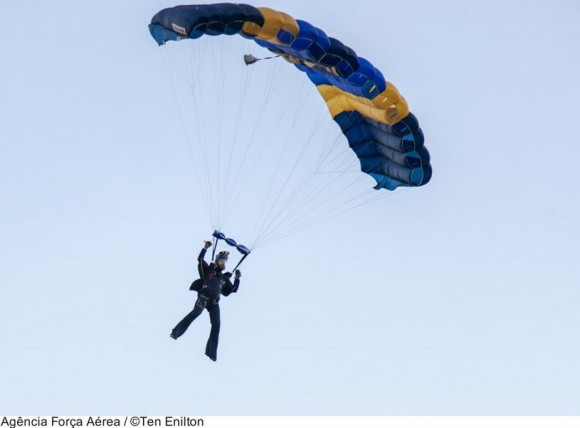 Atleta paraquedista preparando-se para pouso - foto FAB