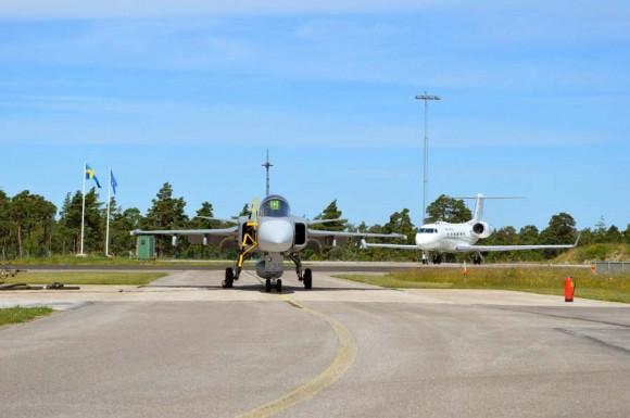 Gripen e avião Vip na Base de Gotland na Suécia
