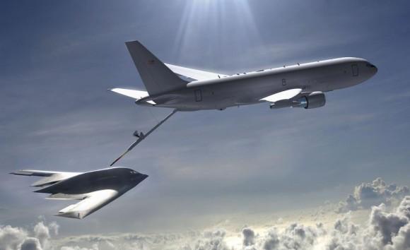 KC-46 reabastece bombardeiro B-2 em voo - foto USAF