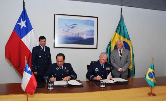 Reunião bilateral chefes do Estado Maior da FACh e da FAB - foto 3 FACh