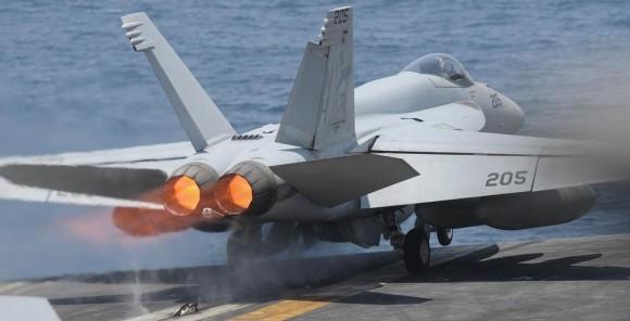 Super Hornet - lançamento com pós combustão dos motores GE F414 - foto USN