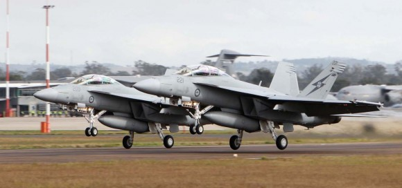 Super Hornets da RAAF decolam de Amberley no Talisman Saber 2013 no Mar de Coral - foto MD Australia
