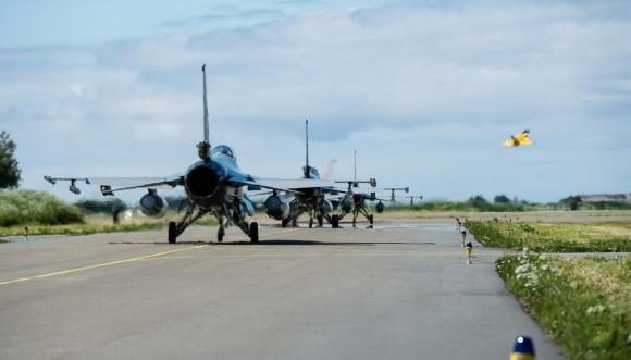 Tiger Meet 2013 - F-16 taxiando e Rafale decolando - foto via Força Aérea Francesa