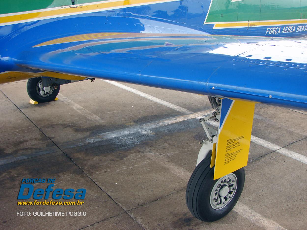 Domingo Aereo - AFA 2013 - A-29 Fumaca detalhe do bordo de ataque