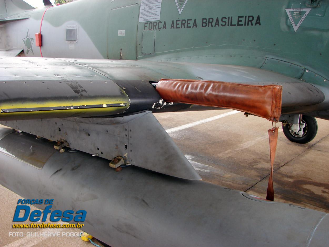 Domingo Aereo - AFA 2013 - A-29 detalhe do bordo de ataque