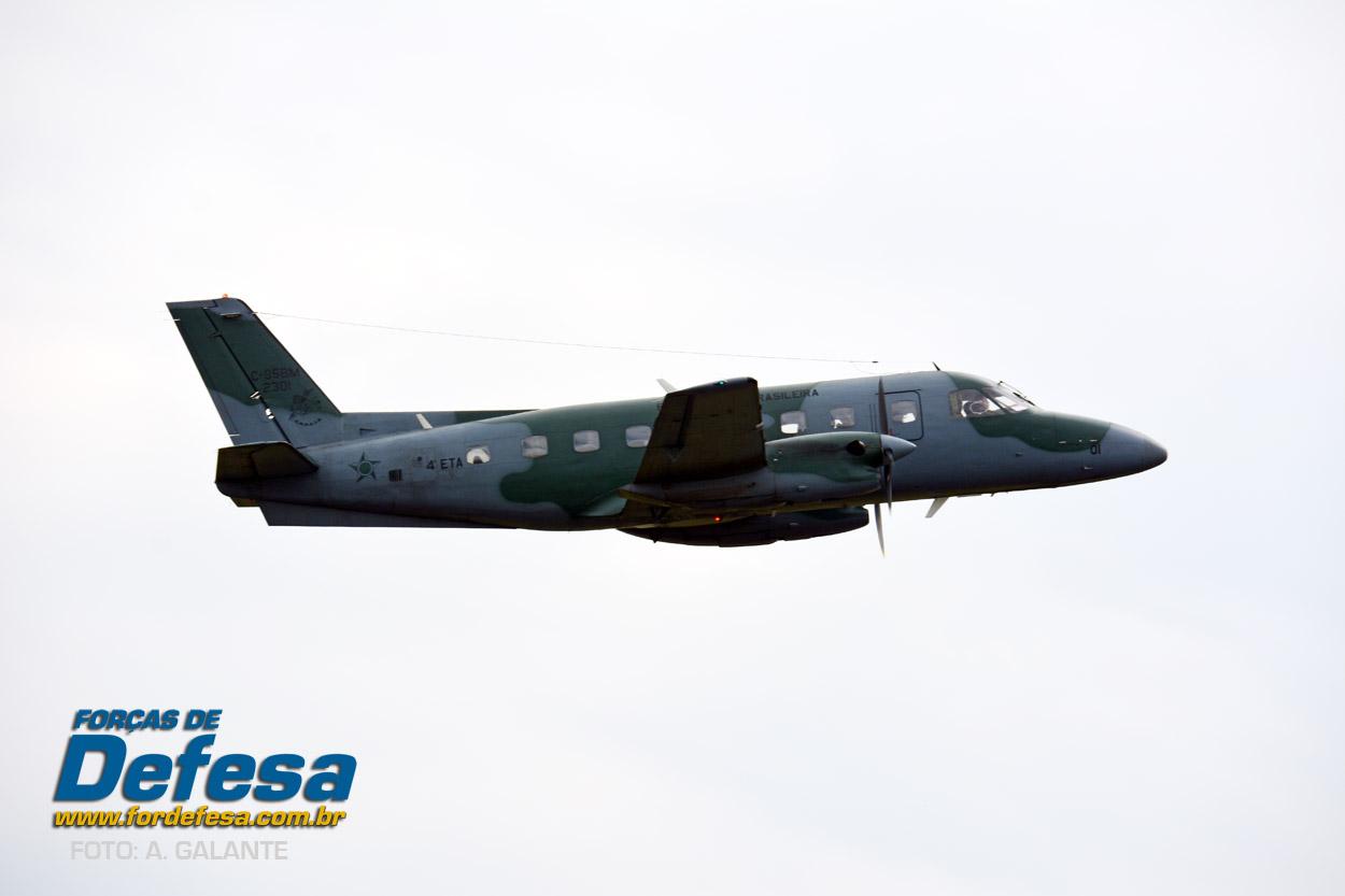 Domingo Aereo - AFA 2013 - Bandeirante decolando 2